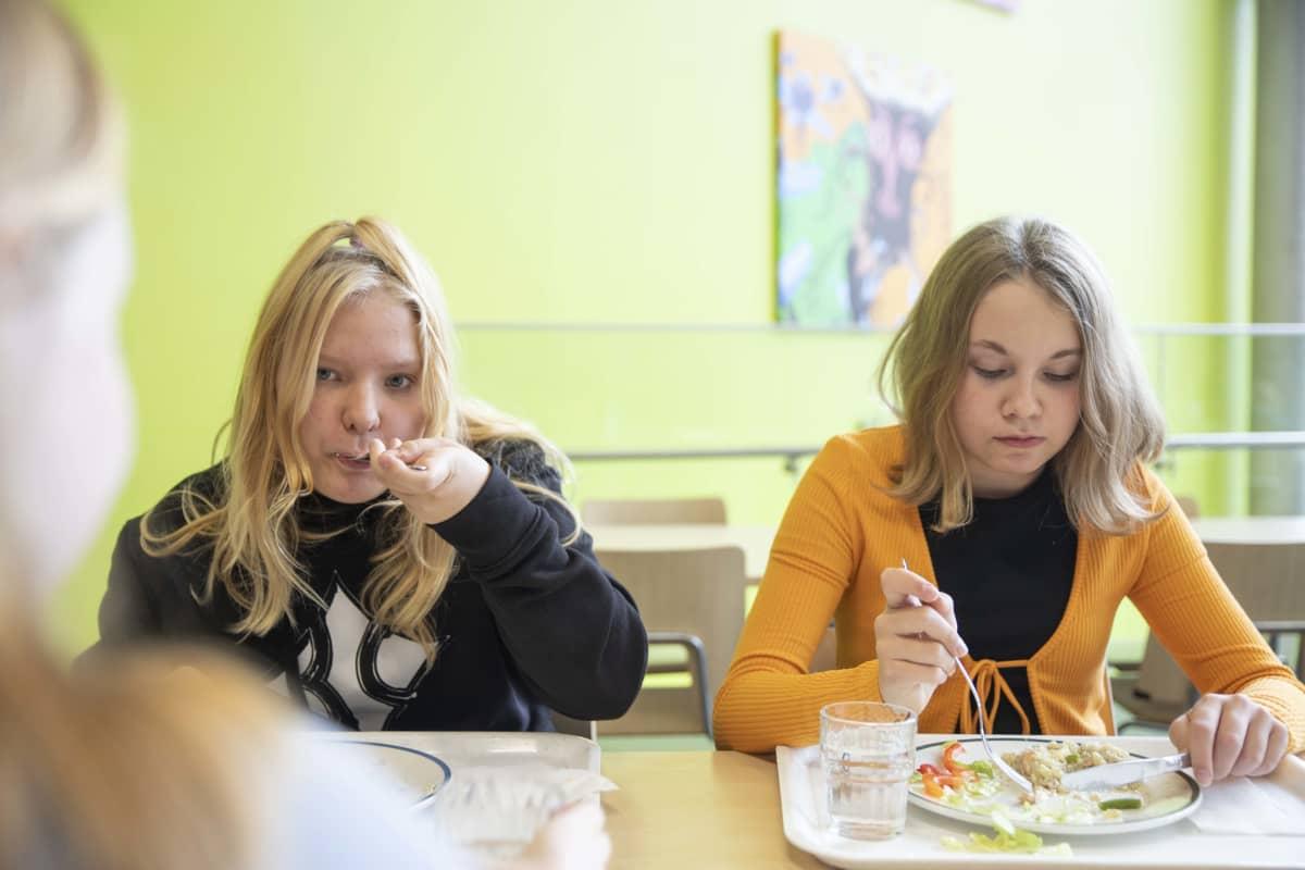 Nuoret syövät kouluruokaa.