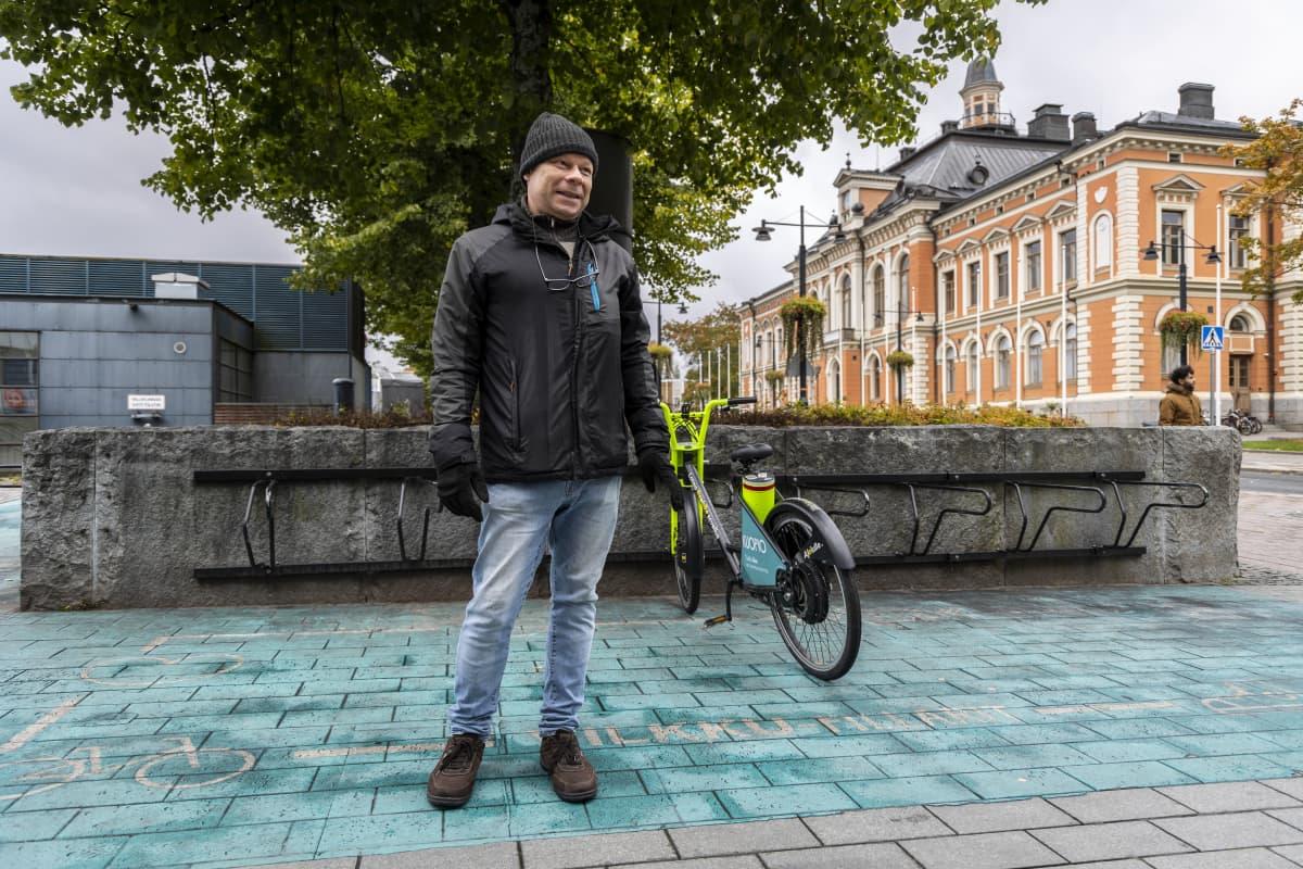 Kuopion kaupungin liikkumispalveluiden kehittämispäällikkö Jouni  Huhtinen, Kuopion torilla sijaitsevalla pyöräparkin edustalla.