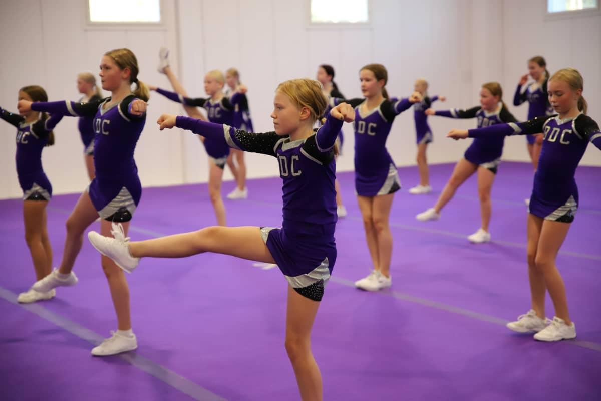 Black Diamond Cheerleadersin 2011-2009 -syntyneiden kilpajoukkue Mirage.