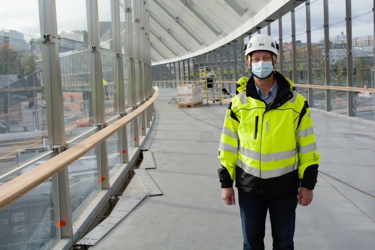 Turun kaupunkirakentamisjohtaja Kimmo Suonpää Logomon sillalla.