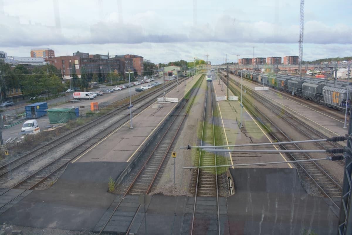 Näkymä Logomon sillalta kohti rautatieasemaa.