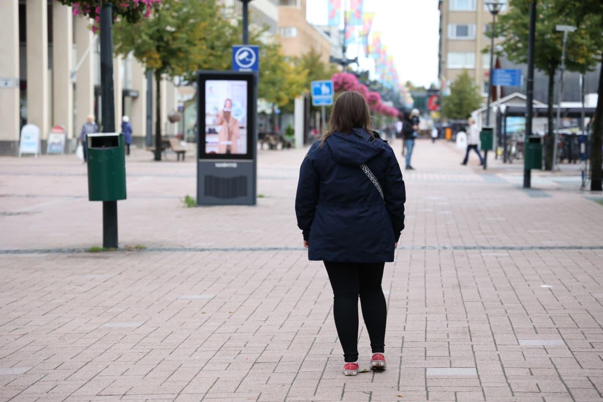 """Korkeakoulukiusattu """"Liisa"""" seisoo kadulla."""