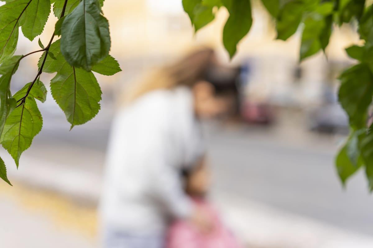 Anonyymisti kuvattu afgaaninainen ja lapsi kadulla