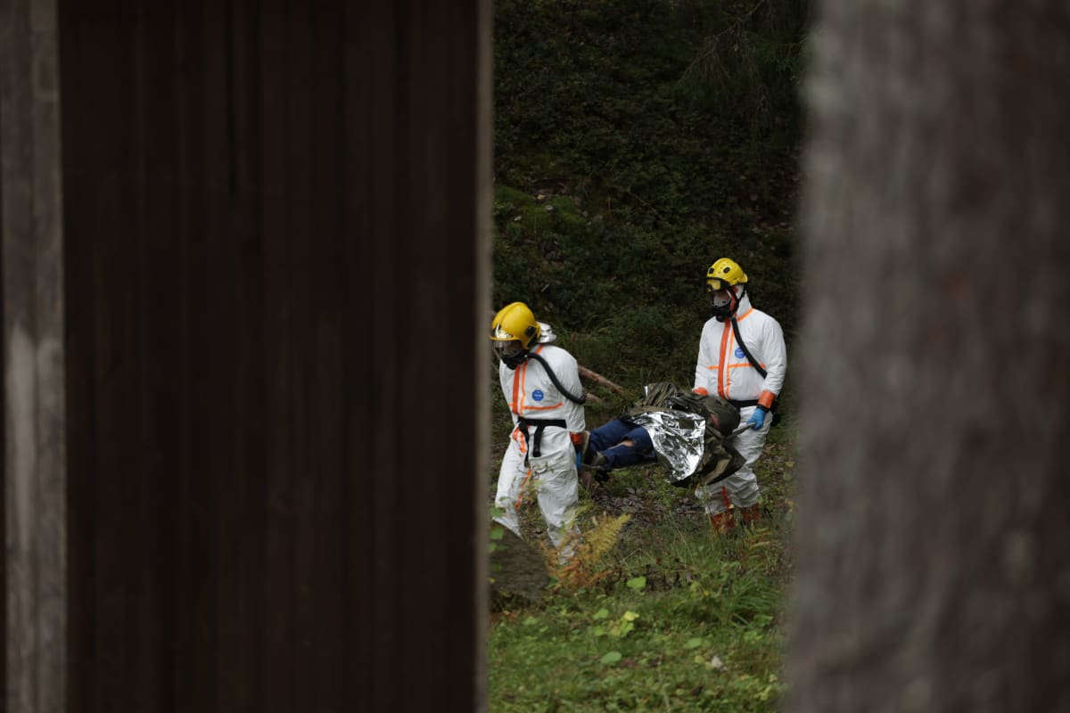 Uhria kannetaan pois metsästä Mikkelissä järjestetyssä kansainvälisessä pelastusharjoituksessa.