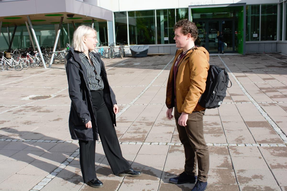 Opiskelijat Aino Marjamaa ja Santeri Harinko Turun yliopiston pihalla.