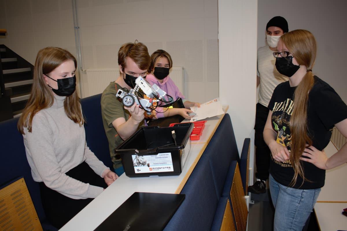 Biotekniikan ja vesitinnän opiskelijat ohjelmoivat lego-robotteja Turun yliopistossa.