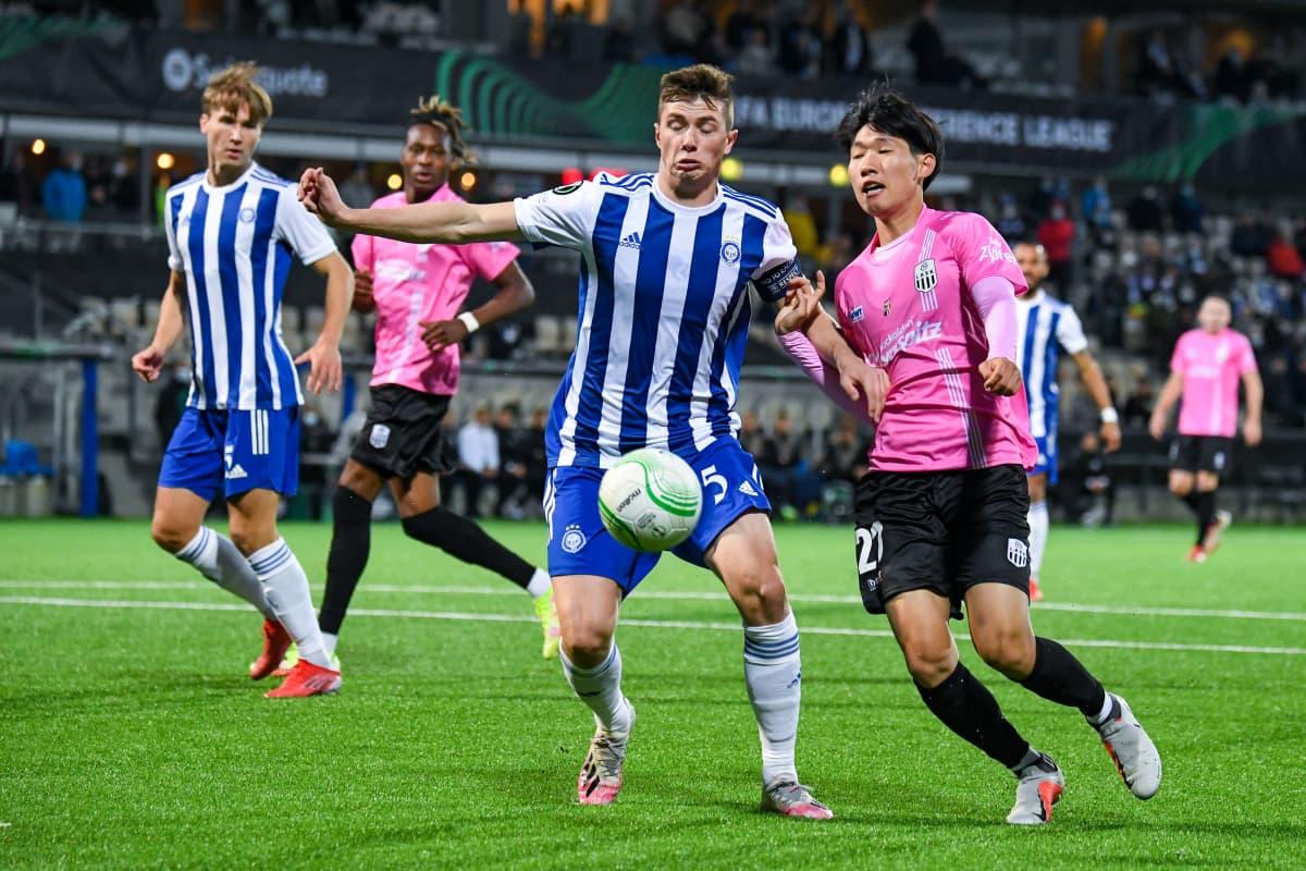 HJK:n Daniel O'Shaughnessy  ja LASKin Hong Hyonseok kaksinkamppailussa