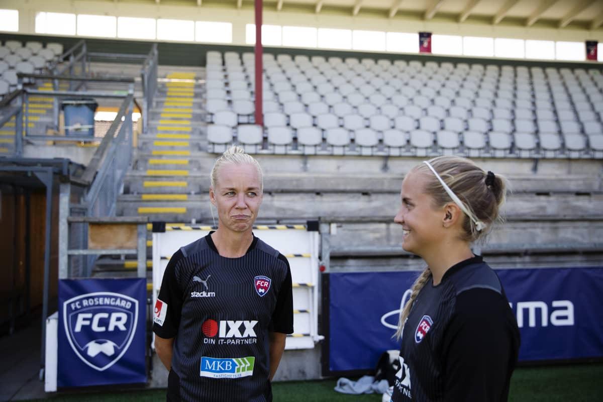 kaksi jalkapalloilijaa katsovat toisiaan ja nauravat