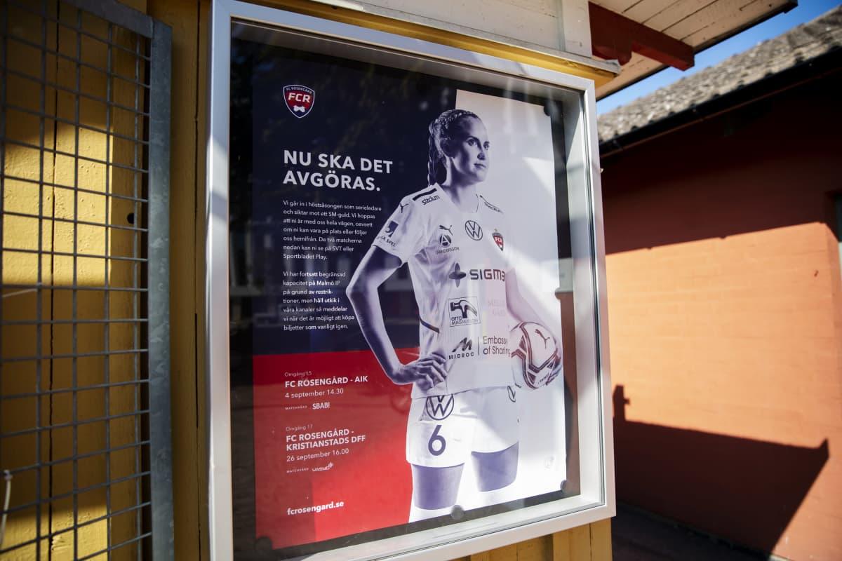 jalkapalloilijasta kertovat juliste urheilukentän seinässä
