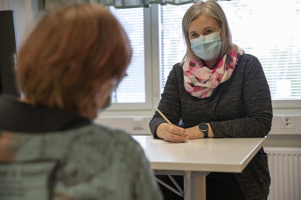 Lapinlahden kunnan ikäihmisten neuvolan sairaanhoitaja Henna Korhonen.