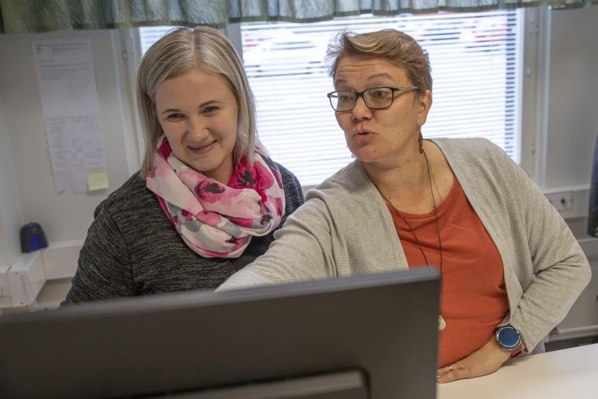 Lapinlahden kunnan ikäihmisten neuvolan sairaanhoitajat Henna Korhonen ja Ritva Marin.
