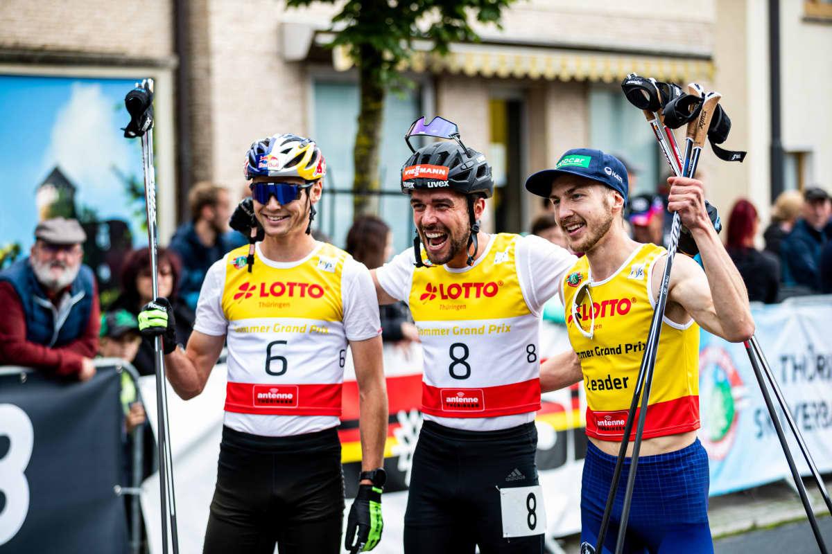 Ilkka Herola, Johannes Rydzek ja Vinzenz Geiger juhlistavat kesä-GP.n palkintosijoja.