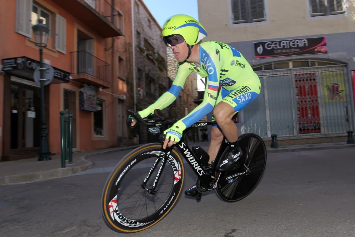 Chris Anker polkee pyörää vuonna 2015.