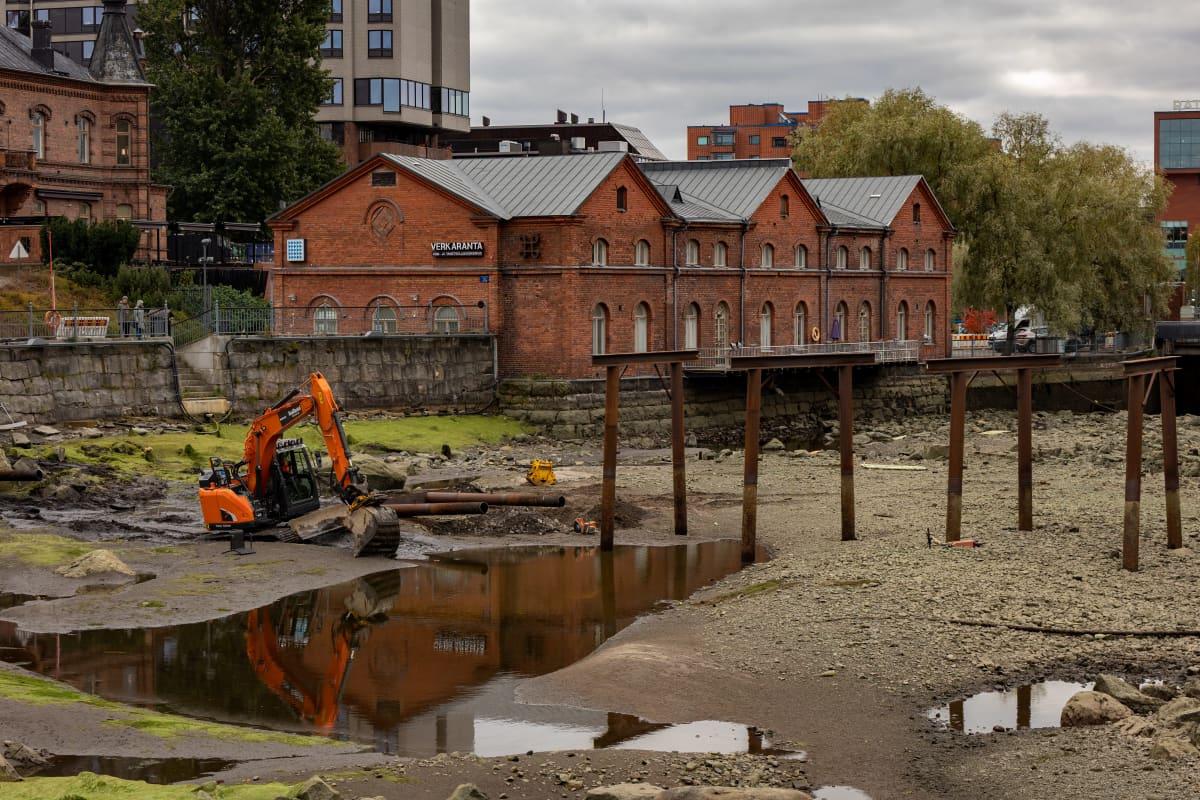 Kaivinkone ja työntekijöitä tyhjennetyssä Tamerkoskessa