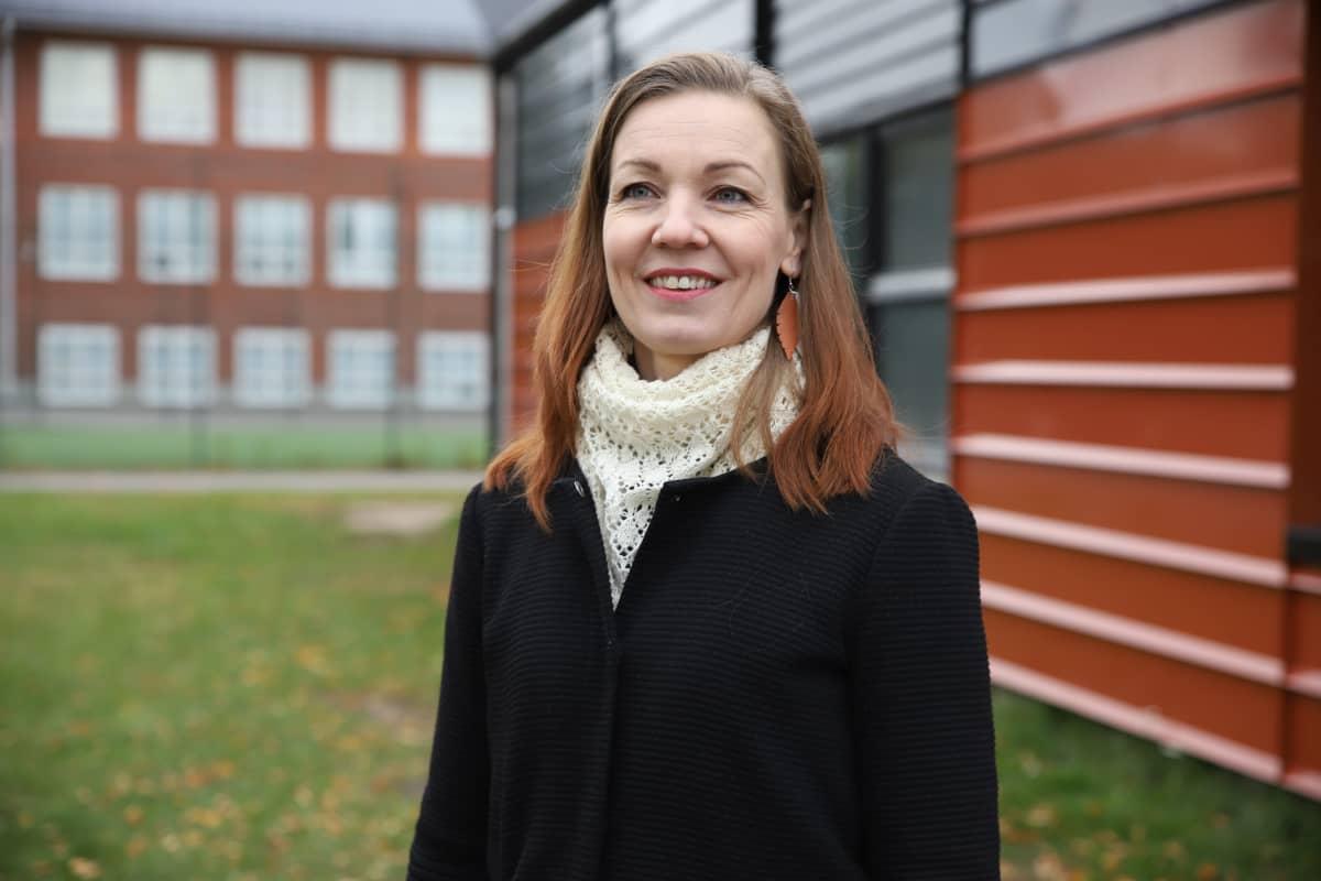 Ehkäisevä päihdetyön aluekordinaattori Heli Vaija Korialla.