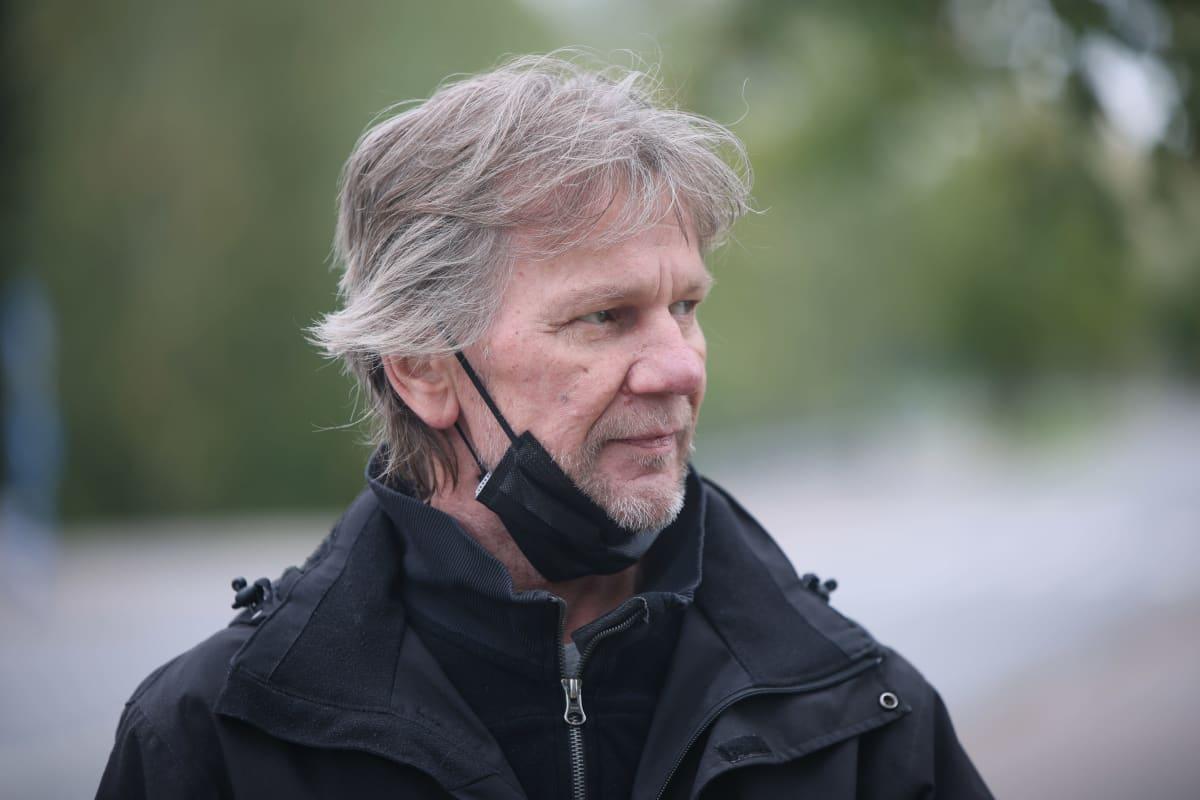 Tervakoskelainen Matti Hyttinen katsoo ohi kameran.