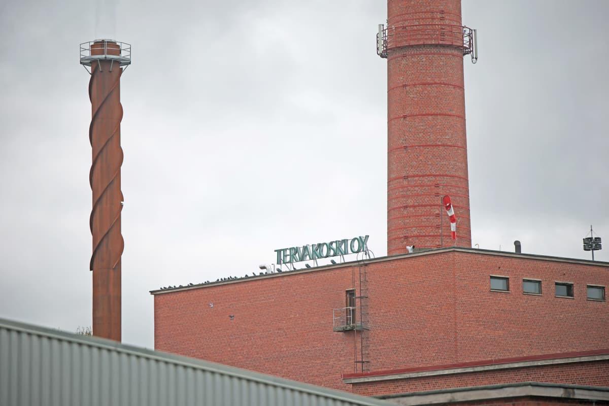 Tervakoski Oy kyltti paperitehtaan punatiilisen tehdasrakennuksen katolla.