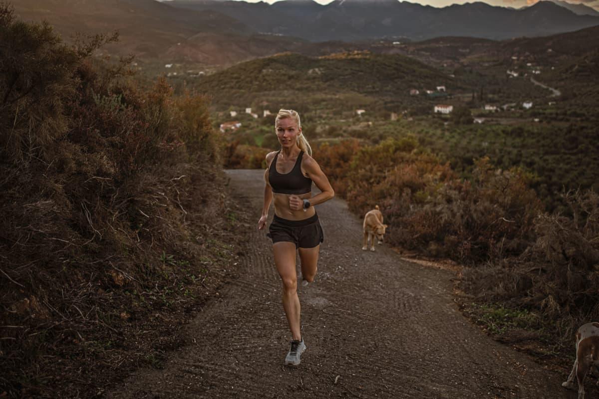 Ultrajuoksija Noora Honkala harjoittelee kotiseudullaan Kreikassa.