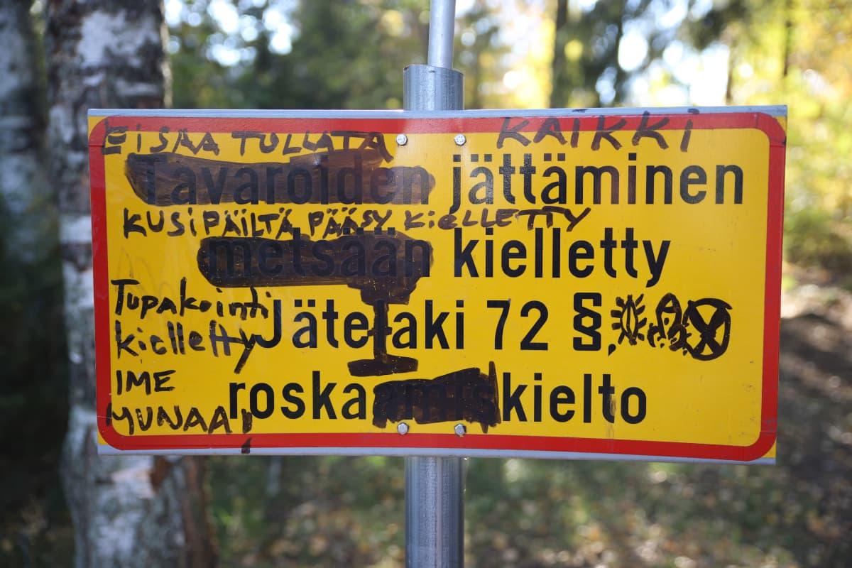 Kouvolan Eskolanmäen Telebaarin sotkettu huomiokyltti.