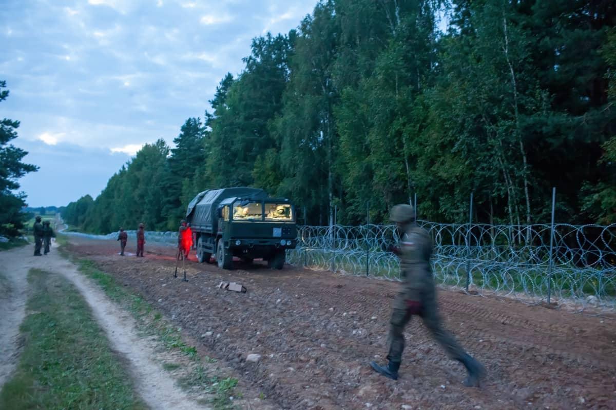 Puolalaisia sotilaita rakentamassa aitaa Valko-Venäjän vastaiselle rajalle.