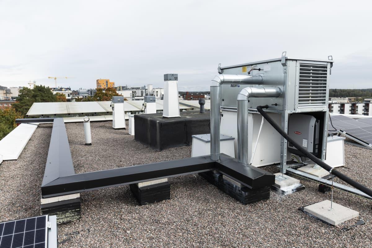 Poistoilman lämmön talteenottolaitteisto kerrostalon katolla.