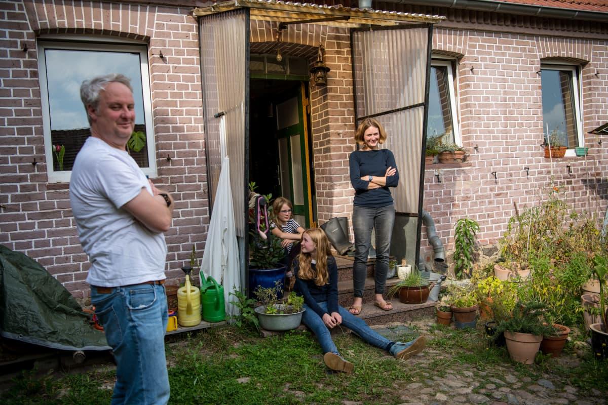 Saksalainen perhe kodinsa edessä.