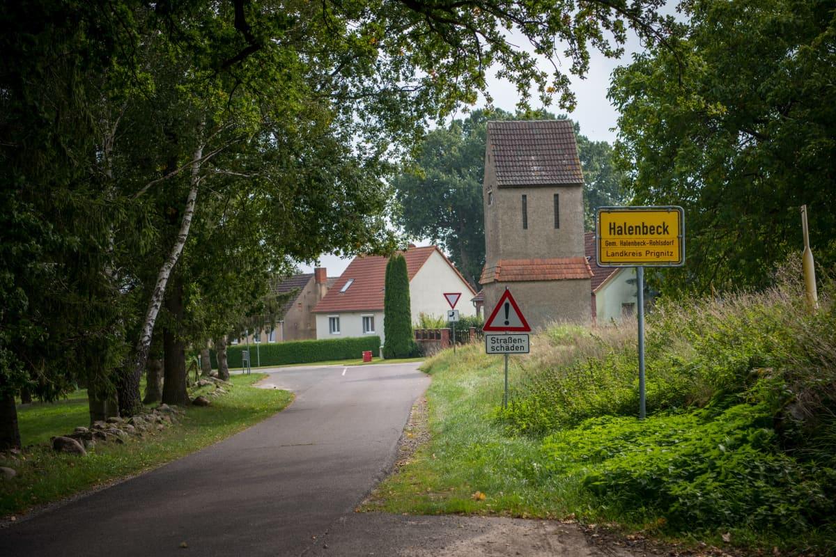 Tie johtaa kylään. Halenbeck-Rohlsdorfin 170 hengen kylän läpi on vedetty nopea valokuitunetti. Keskimäärin joka toinen Saksan maaseudun asukas surffaa yhteyksillä, joiden nopeus on korkeintaan 50 megabittiä sekunnissa.