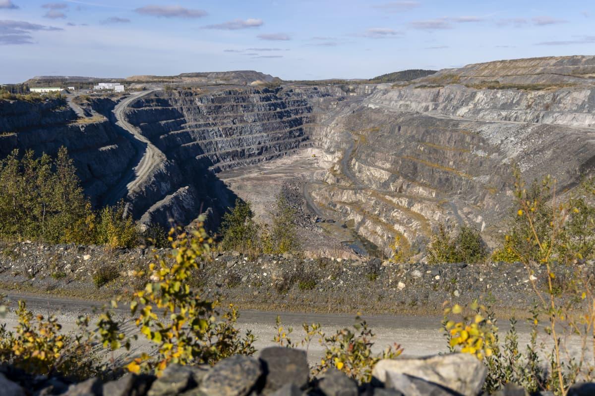 """Yaran Siilinjärvellä sijaitseva valtava kaivos """"kuoppa"""" josta louhitaan kiviainesta, josta saadaan valmistettua lannoitteeseen tarvittavia aineksia."""