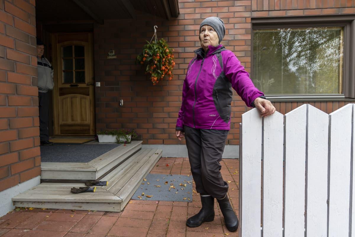 Lähellä Yaran tehdasta asuva Kaija Räsänen seisoo talonsa edustalla.