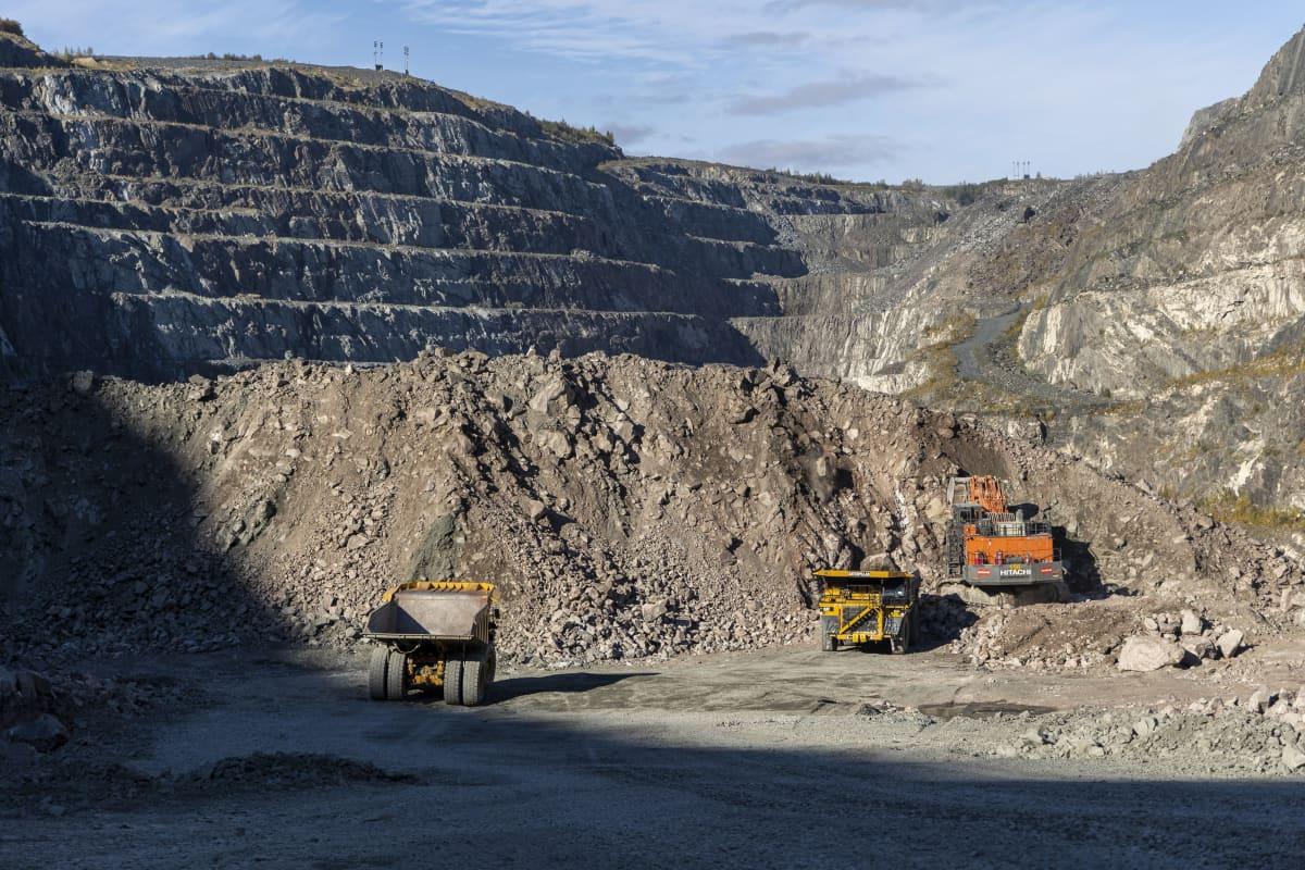 Kaivoskoneita töissä Yaran Siilinjärven tehtaalla.