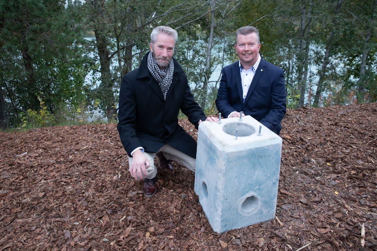 Betolarin perustaja ja innovaatiojohtaja Juha Leppänen JA-KO Betonin toimitusjohtaja Jaakko Elorannan kanssa ekobetonisen sähköauton latausjalustan takana.