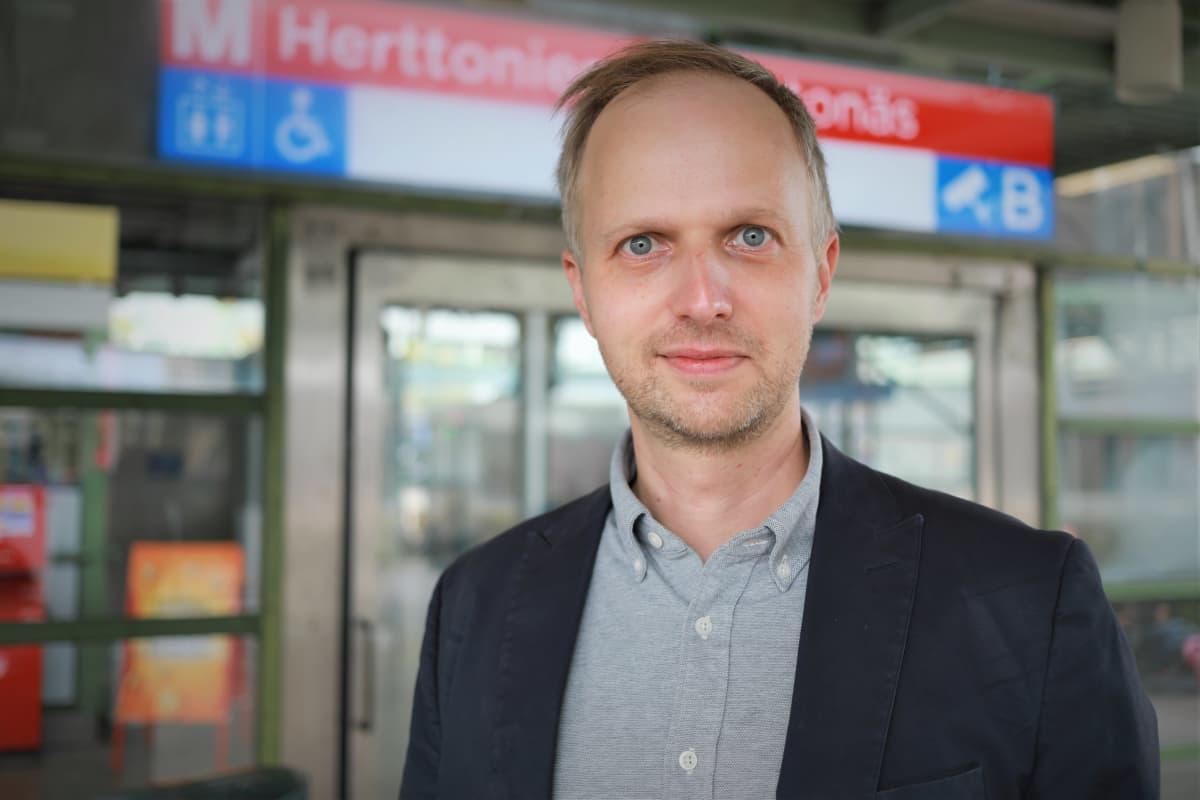 Matti Ylönen Herttoniemen metroasemalla