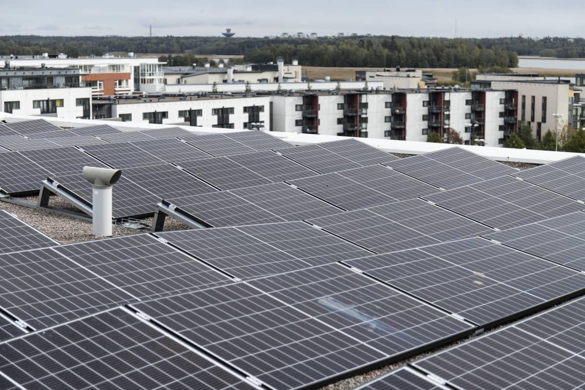 Aurinkopaneeleja kerrostalon katolla.