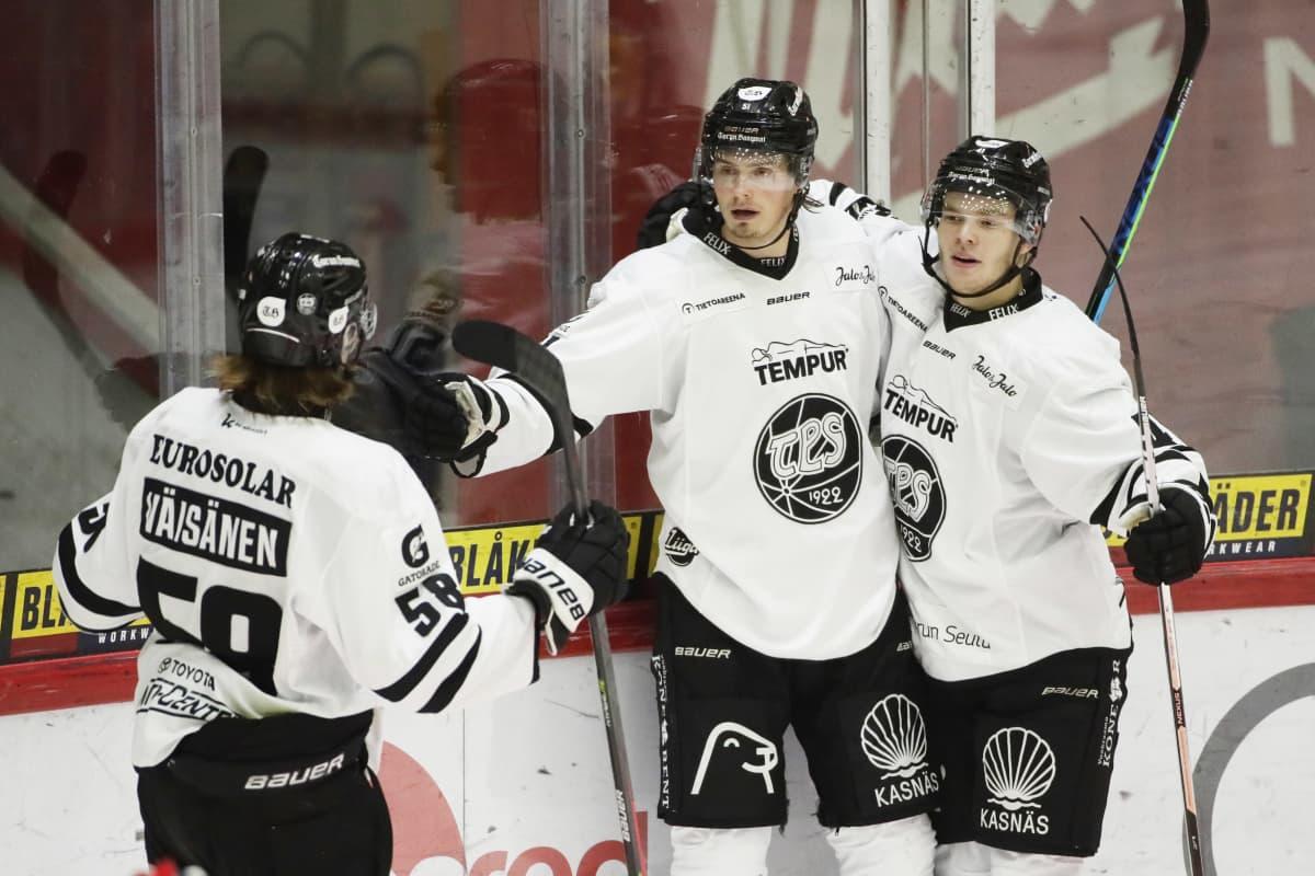 Markus Nurmi, Kalle Väisänen ja Aarne Intonen juhlivat TPS:n 2-1-voittomaalia.