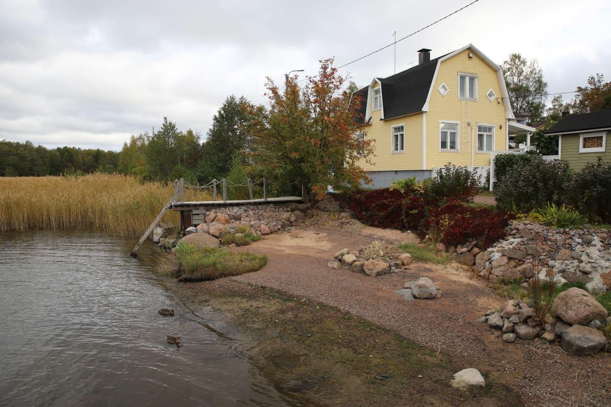 Kotkan Tiutisen asutus lähellä merenrantaa.
