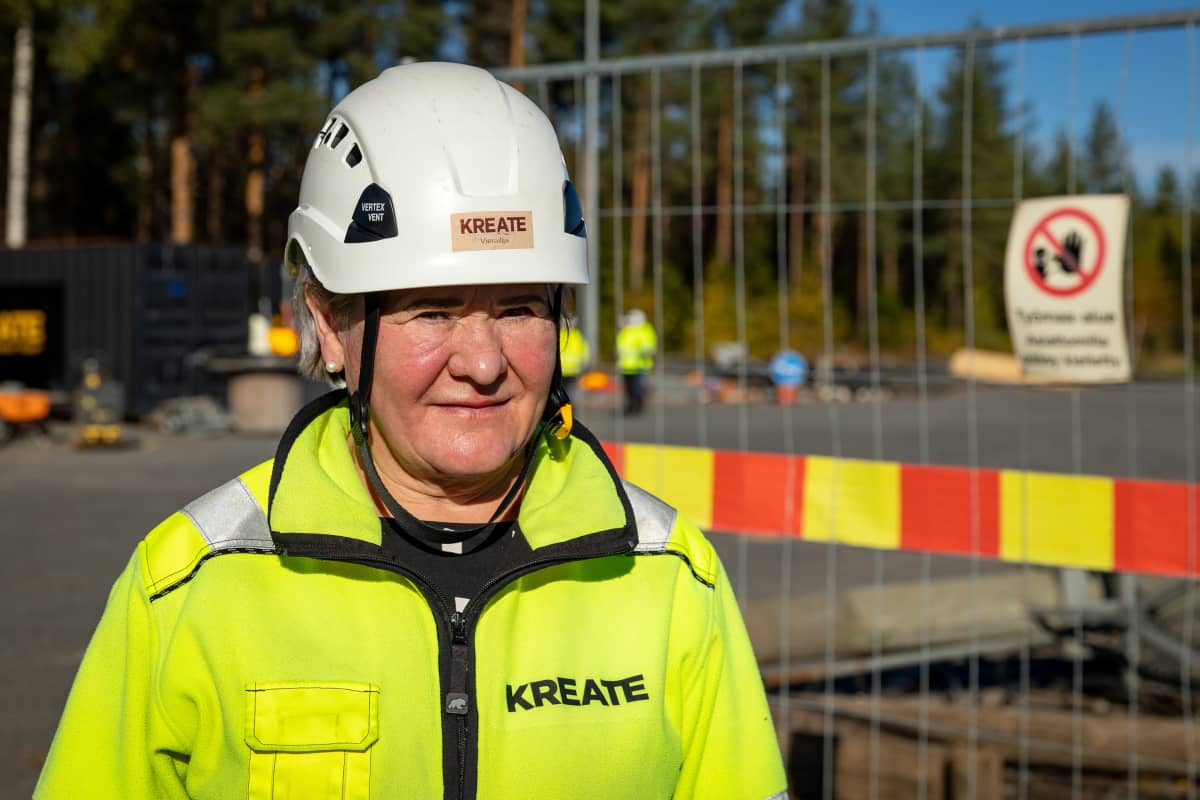 Kreaten työmaapäällikkö Tuula Ala-Orvola huomiovaatteissa ja kypärä päässä