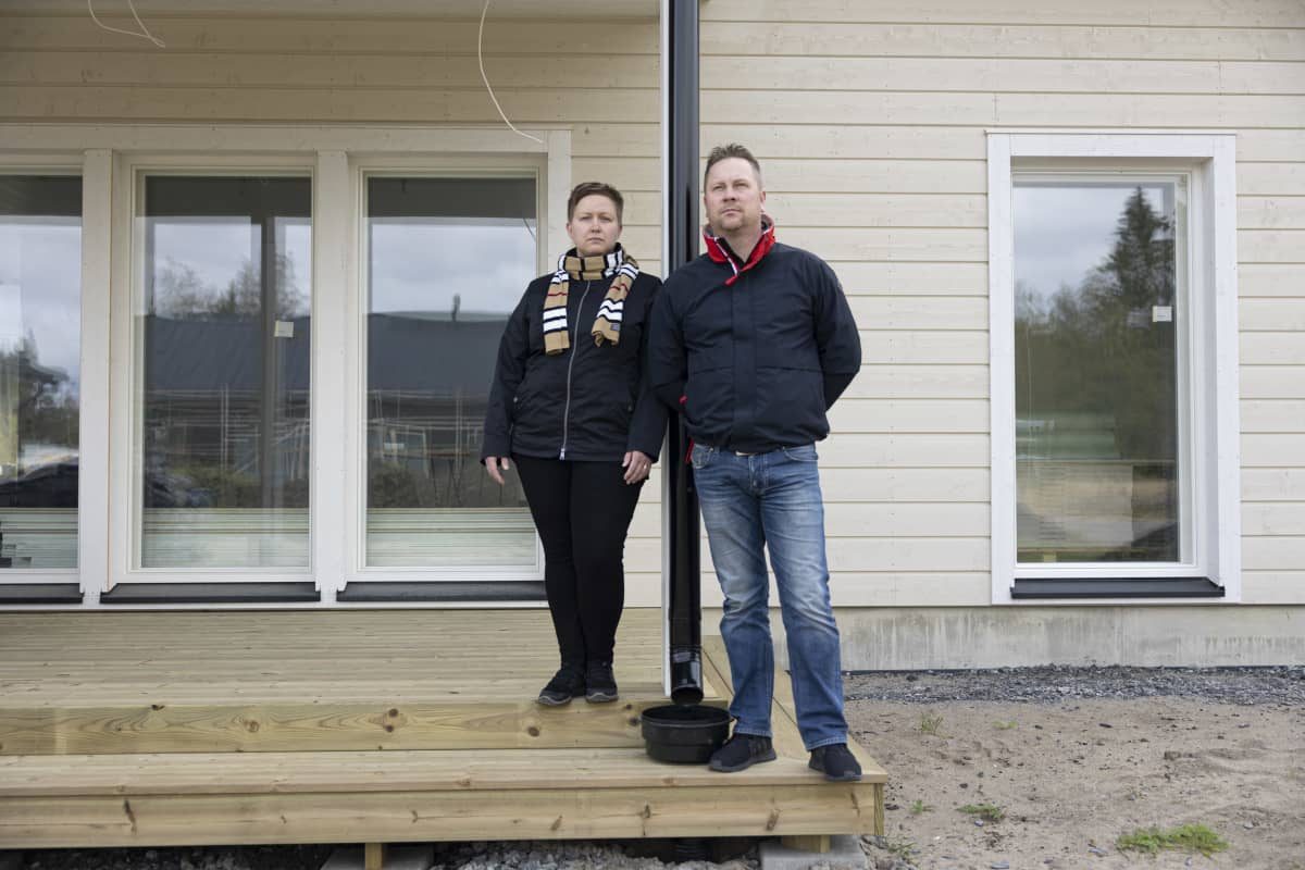 mies ja nainen talon terasilla