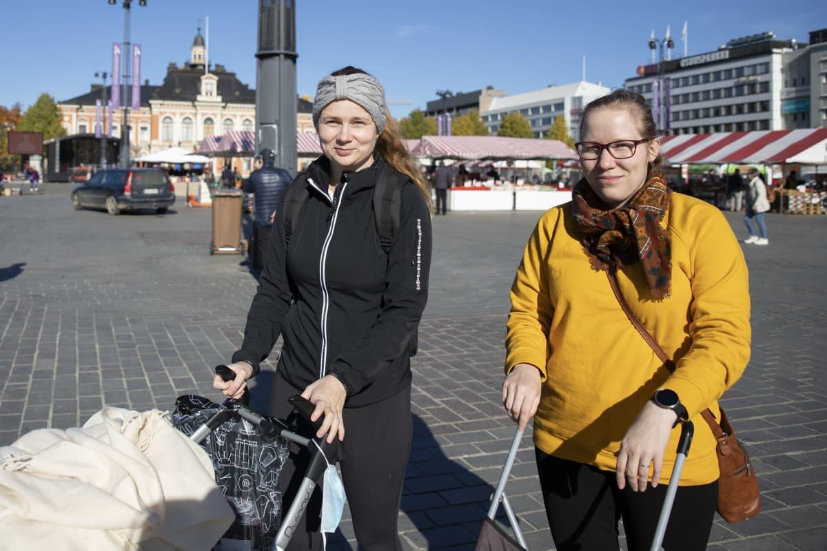 Maaninkalainen Veera Hakkarainen ja siilinjärveläinen Santra Parviainen Kuopion torilla.