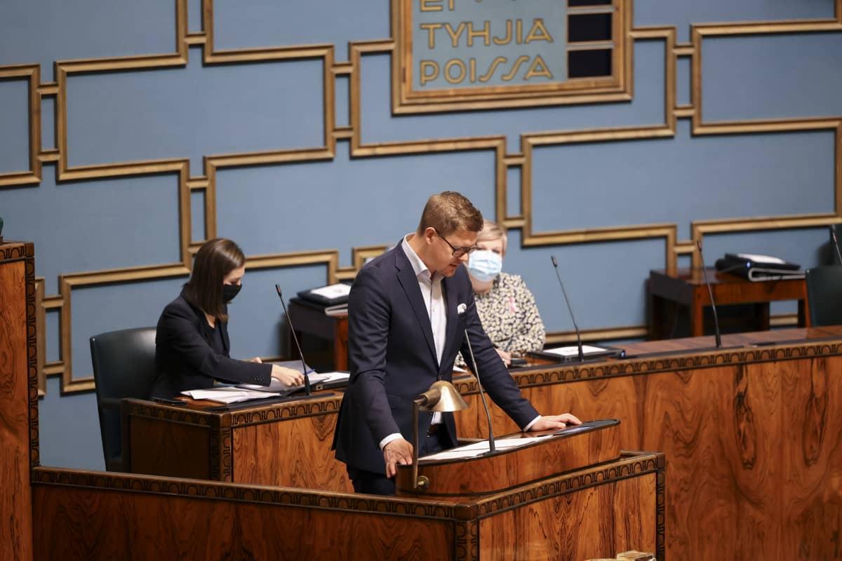 Antti Lindtman puhuu eduskunnassa.