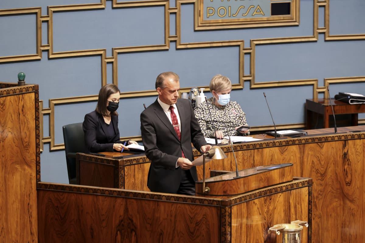 Juha Pylväs puhuu eduskunnassa.