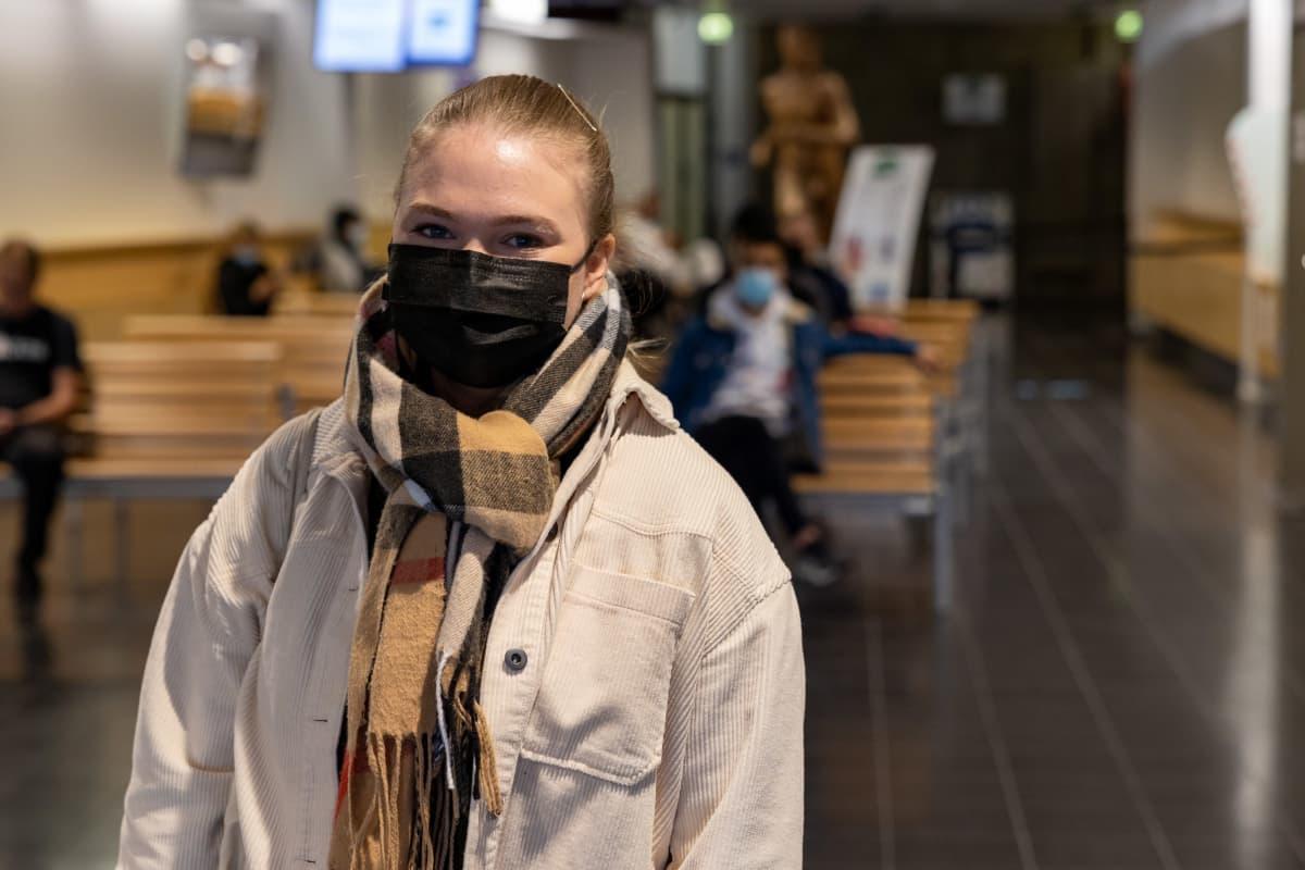 Olga Vuorela lupapalveluiden odotustilassa