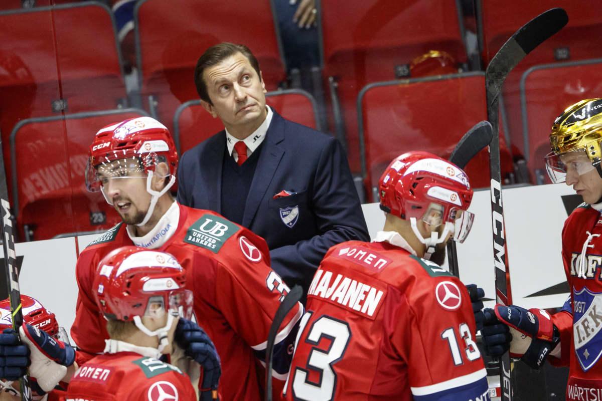 HIFK-valmentaja Ville Peltonen ei tahtonut uskoa avauserän jälkeistä tilannetta valotaululta.