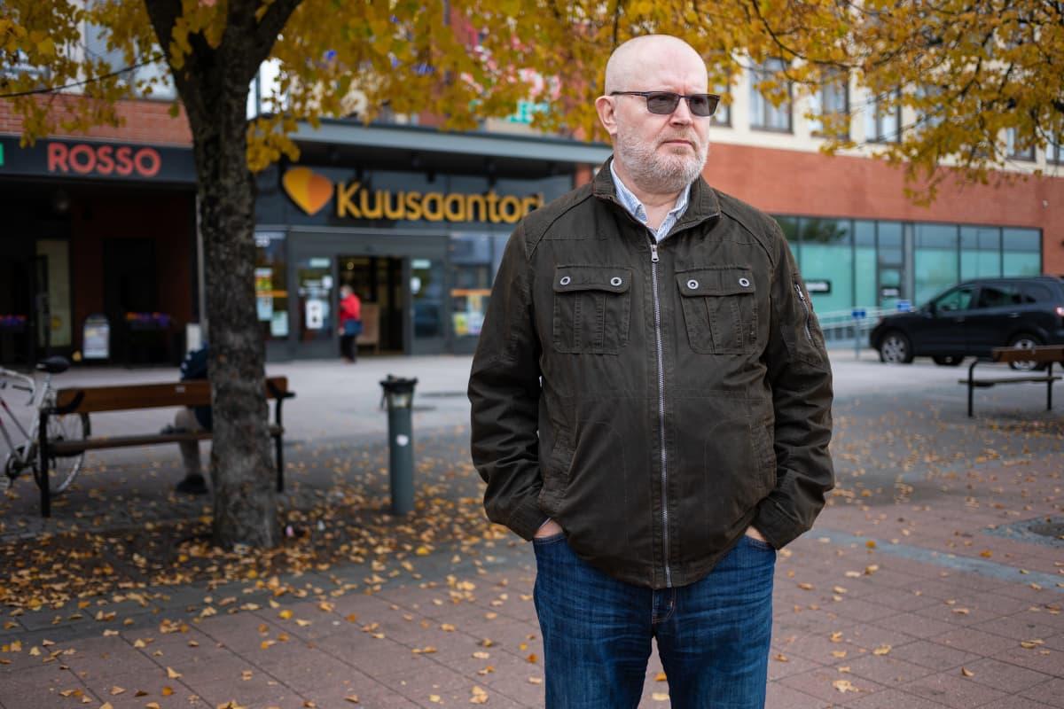Jari Lindström Kuusantorin edessä