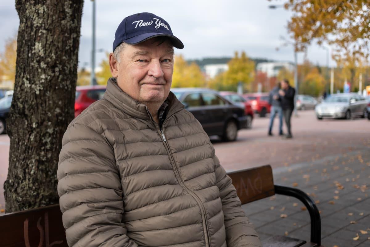 Markku Toivonen istuu penkillä Kuusantorilla