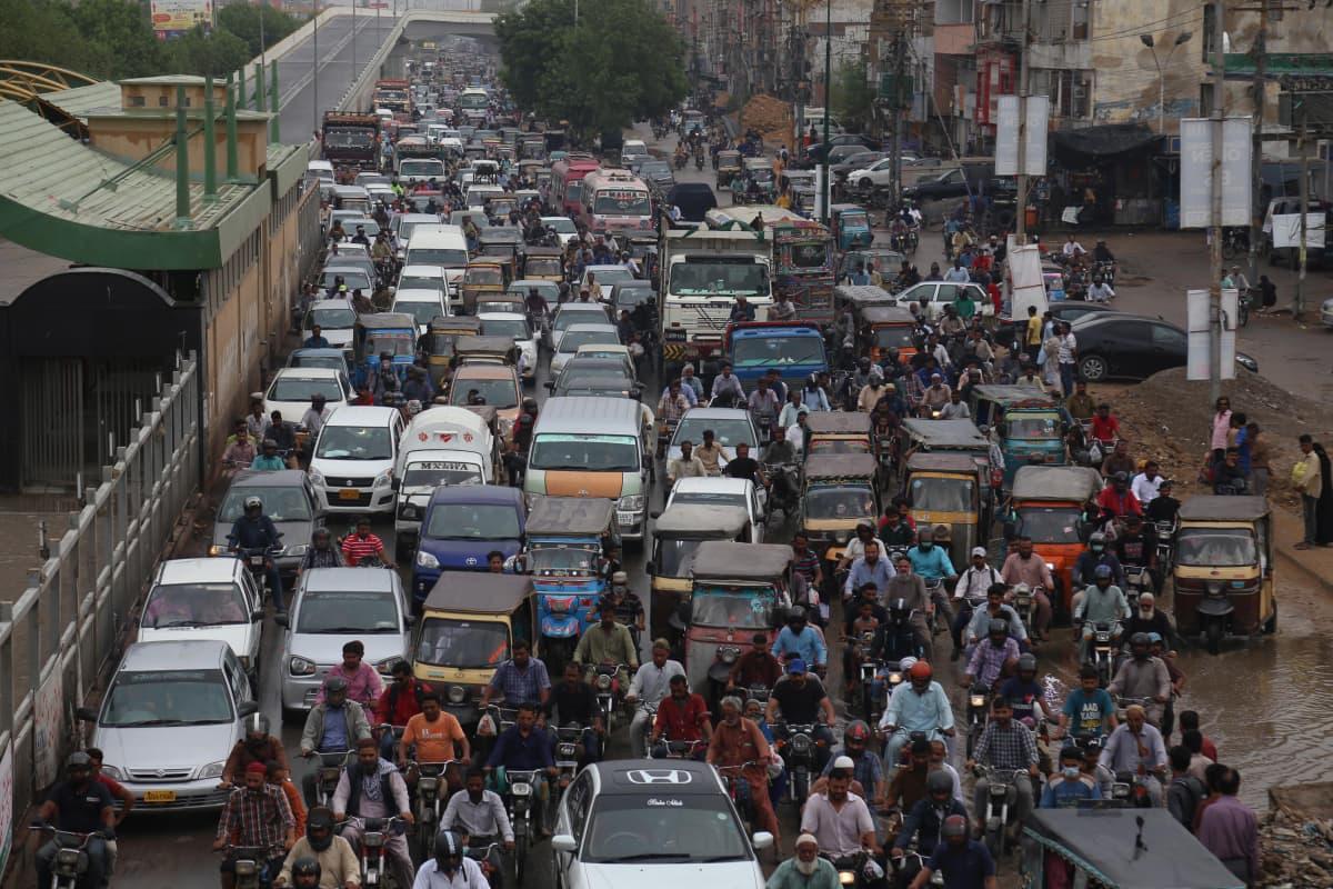 Liikenneruuhka Karachissa heinäkuussa.