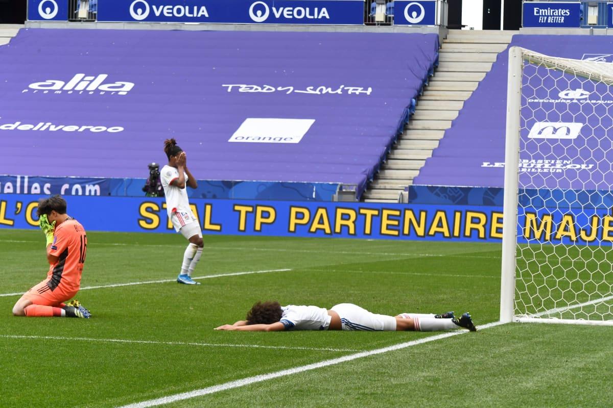 Lyonin pelaajat ottavat takaiskumaalin raskaasti. Wendie Renard makaa maassa kädet päänsä edessä.