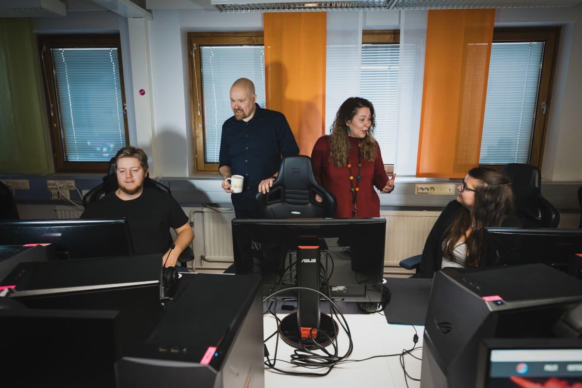 Bittiliigan toiminnanjohtaja ja Jyväskylän kaupungin työllisyyskokeilun johtaja pitävät palaveria kokeiluun osallistuvien nuorten kanssa.