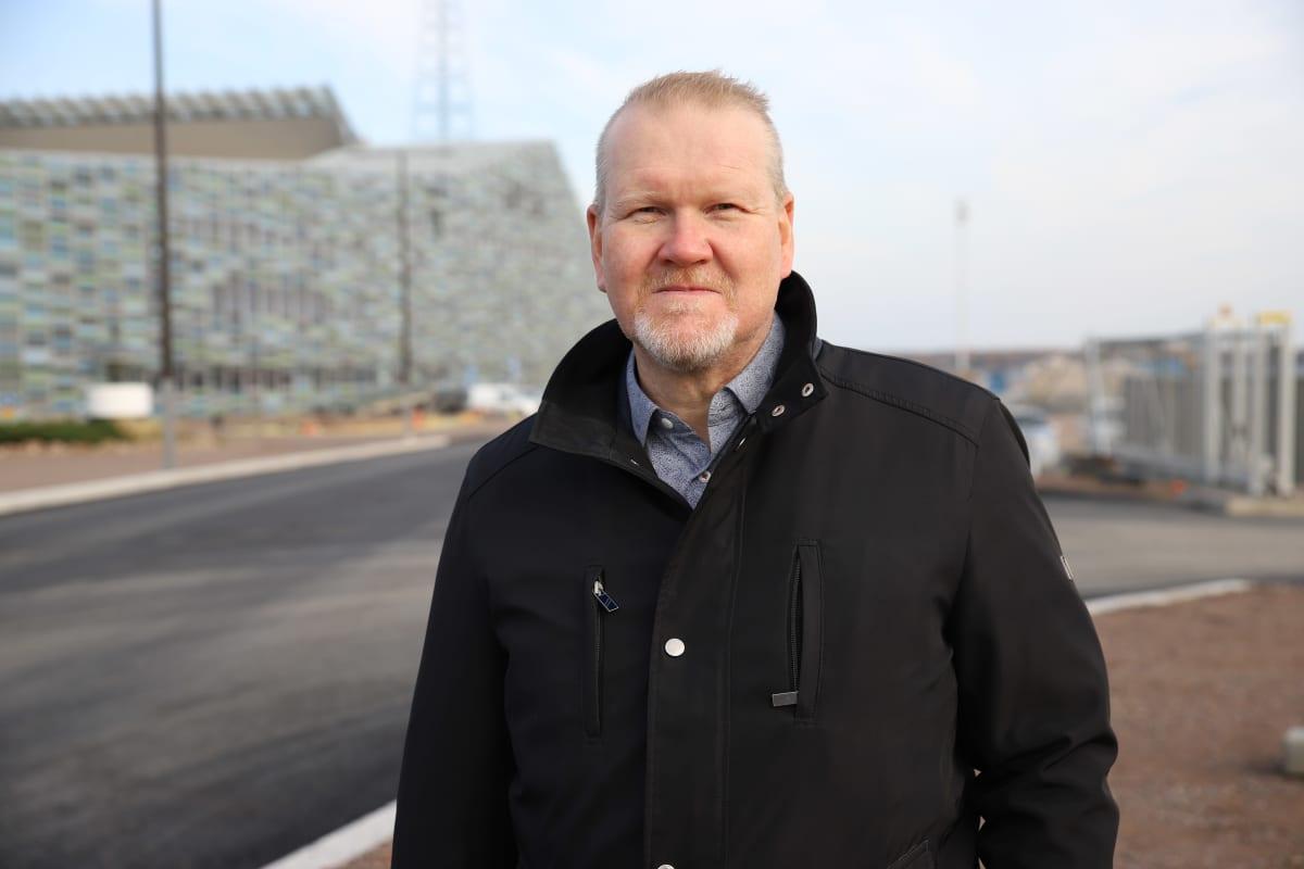 Kotkan kaupunginjohtaja Esa Sirviö Kotkan kantasatamassa Merikikeskus Vellamon vieressä.