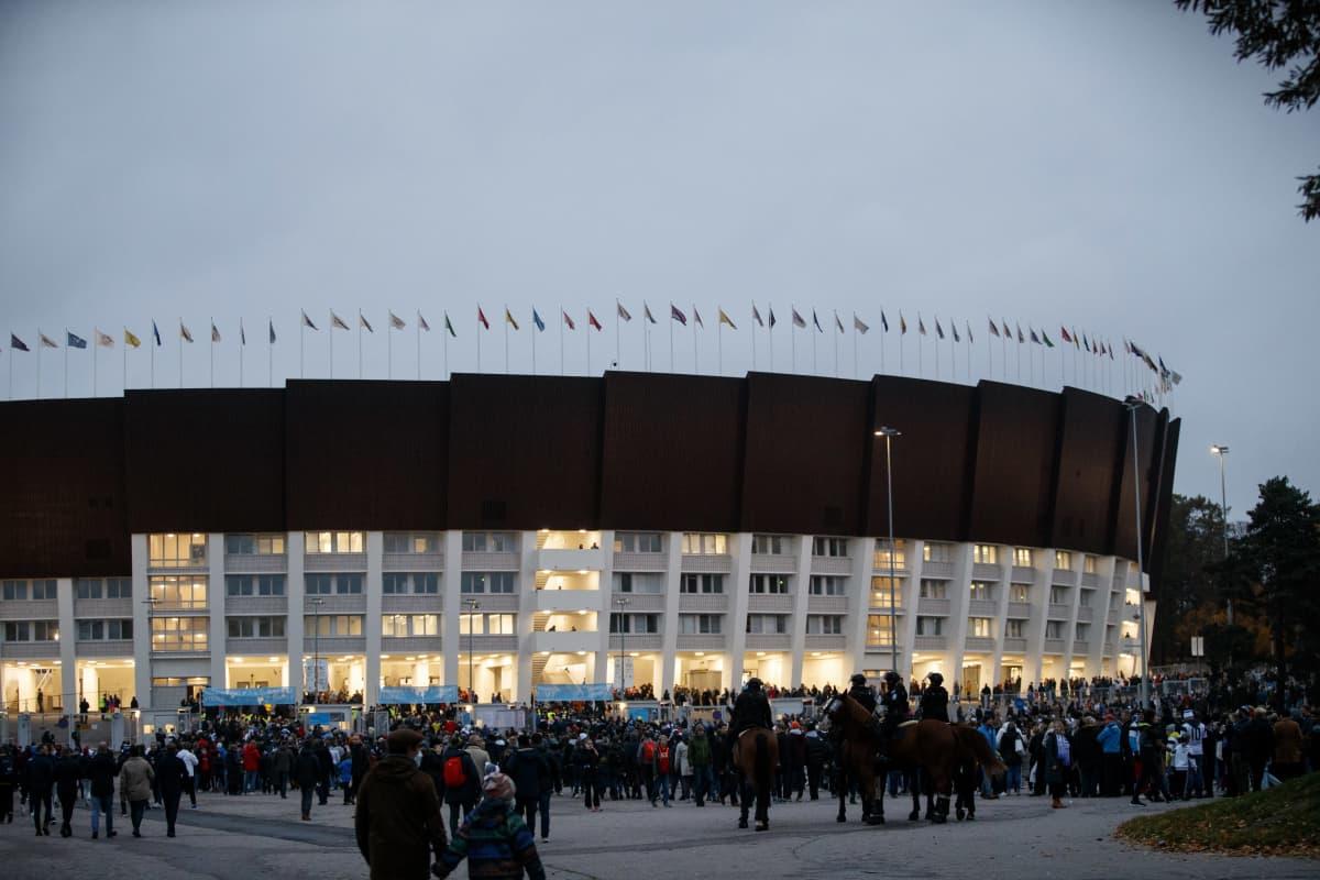 Ihmisiä Olympiastadionin ulkopuolella ennen Suomi-Ukraina -ottelua 9.10.2021.