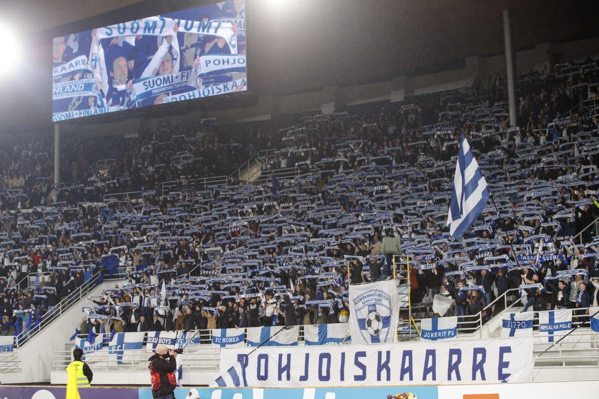 Suomen kannattajia Olympiastadionilla 9. lokakuuta 2021.